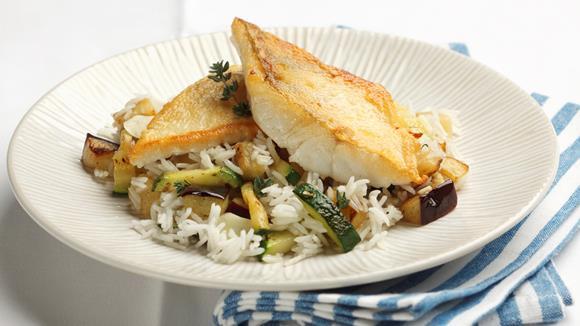 Gebratene Zanderfilets mit Gemüse-Reispfanne