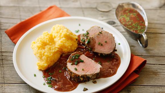 Schweinsfilet in Kürbiskernkruste mit Rotwein-Krensauce