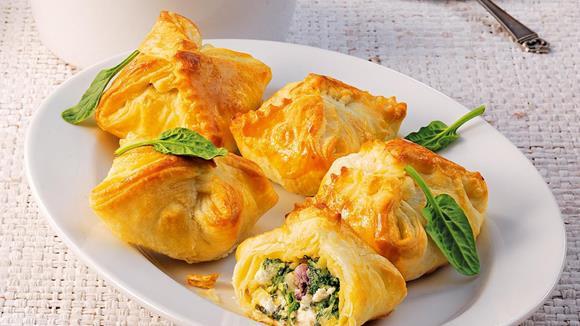 Türkische Blätterteigtaschen mit Spinat und Schafskäse Rezept