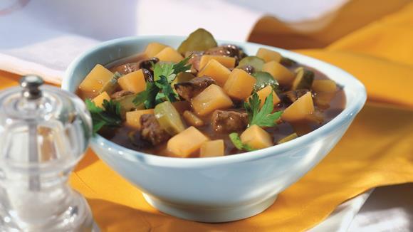 Putengulasch mit Kartoffeln, Speck und Pilzen