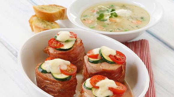 Überbackenes Schweinsfilet mit Rohschinken, Zucchini und Tomaten Rezept