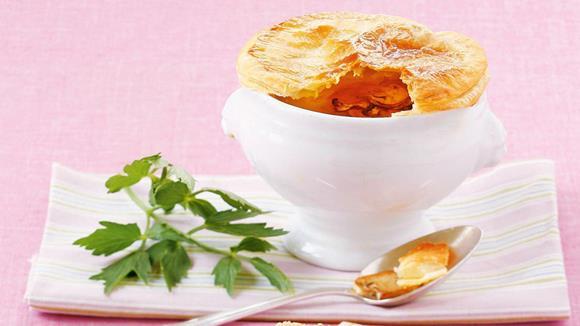 Schwammerlcremesuppe mit Blätterteighaube Rezept