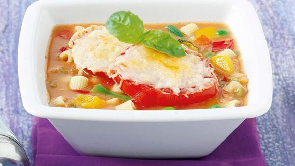 Gratinierte Minestrone mit Tomatenscheiben Rezept