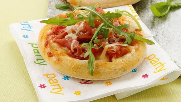 Mini-Party-Pizza mit Mozzarella, Prosciutto und Rucola