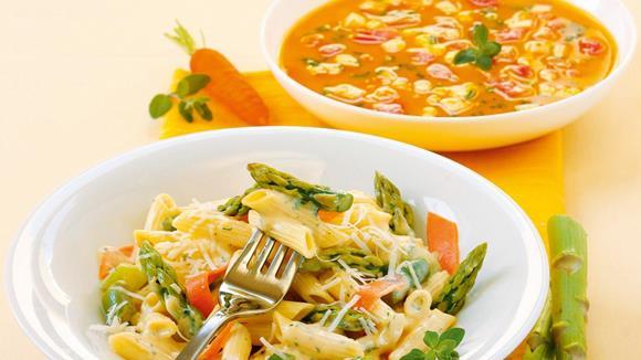 Pasta alla Panna mit grünem Spargel und Karottenstreifen Rezept
