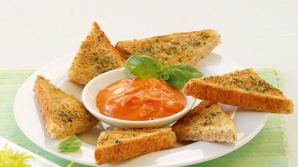 Vollkorn-Crostini mit Tomaten-Basilikum-Dip