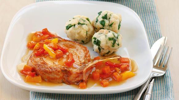 Koteletts auf Kürbis-Paprika-Gemüse