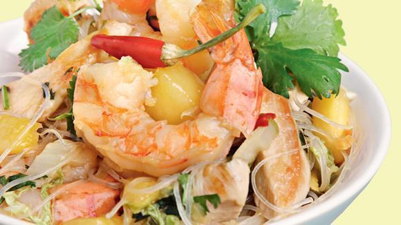 Thaipfanne mit Shrimps, Hühnerbrust, Mango und Koriander-Glasnudeln Rezept
