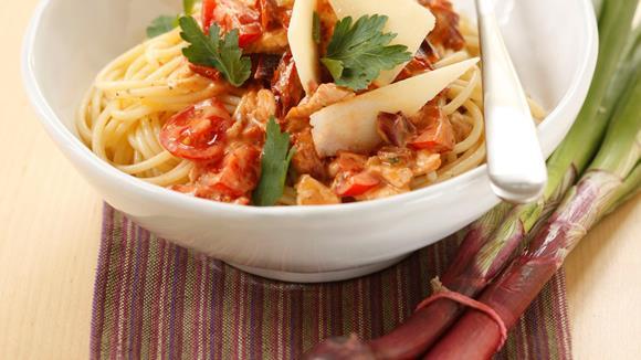 Spaghetti mit Hendlsugo und getrockneten Tomaten