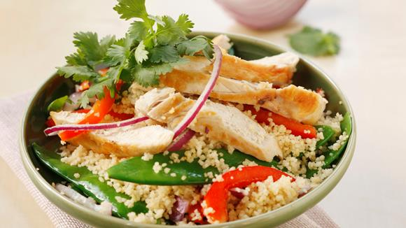 Couscous mit Erbsenschoten und Hühnerfiletstreifen