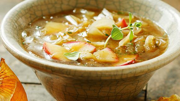 Apfel-Zwiebel-Suppe mit Käsetoasts Rezept