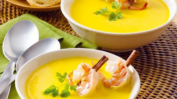 Kürbissuppe mit Zimt und gebratenen Garnelen