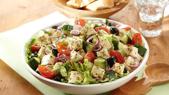 Griechischer Salat mit Tomaten, Gurke, Feta und Oliven