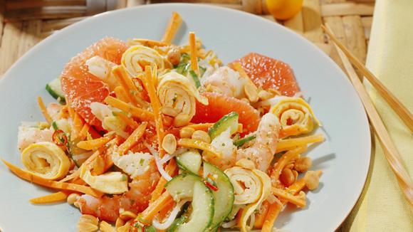 Pomelo-Salat mit Crevetten, Rüebli, Gurke und Ei