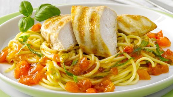 Gegrillte Pouletbrust mit Gemüse-Spaghetti