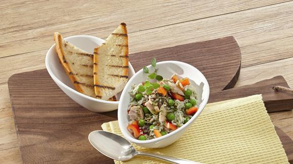 Scharfer Reissalat mit Wasabi, Erbsen, Peperoni und Thon