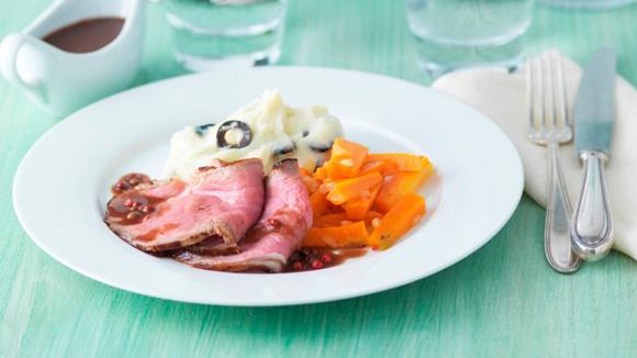 Roastbeef an Pfeffer-Bratensauce mit Oliven-Stocki und glasierten Rüebli