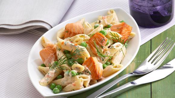 Penne-Lachs-Salat mit Erbsen