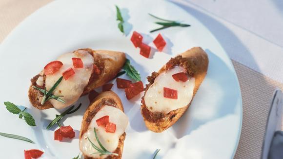 Bruschetta mit Hackfleisch und Mozzarella