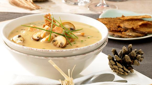 Mushroom cream soup with mushrooms, chicken breast and black bread chips recipe