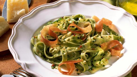 Nudel-Zucchetti-Salat mit Parmaschinken