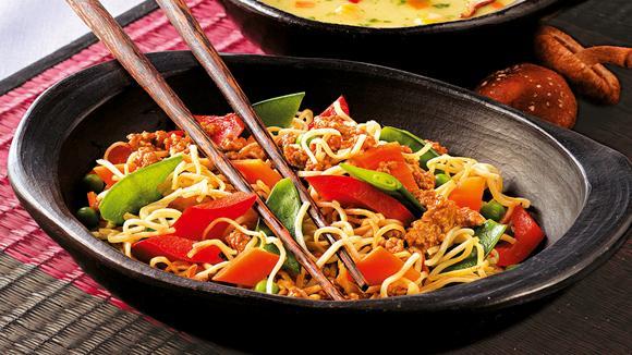 Asiatische Bratnudeln mit Hackfleisch, Kefen und Peperoni