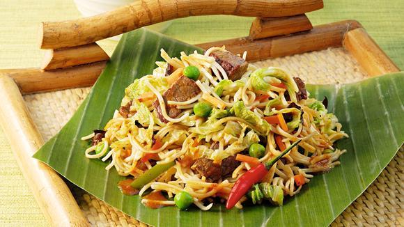 Gebratene Curry-Nudeln mit Rindfleisch und Peperoni Rezept