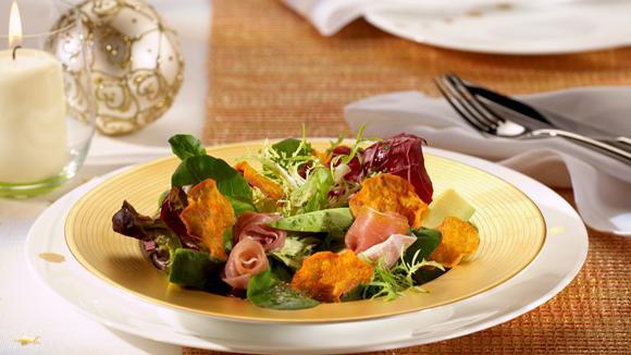 Blattsalat mit Avocado und Süsskartoffel-Chips