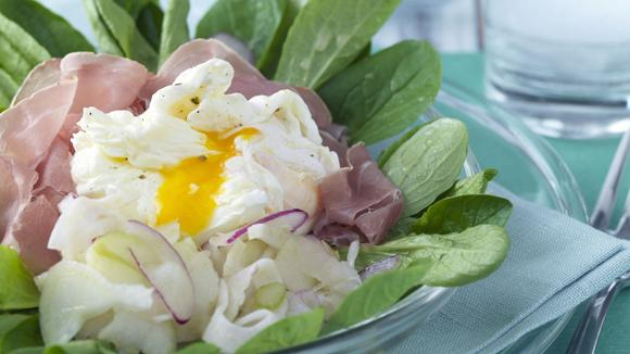 Verlorenes Ei auf Gemüsesalat