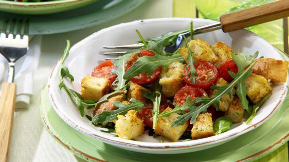 Italienischer Brotsalat mit Rucola und Tomaten Rezept