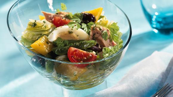 Eisbergsalat Niçoise mit Bohnen, Peperoni, Thunfisch und Oliven