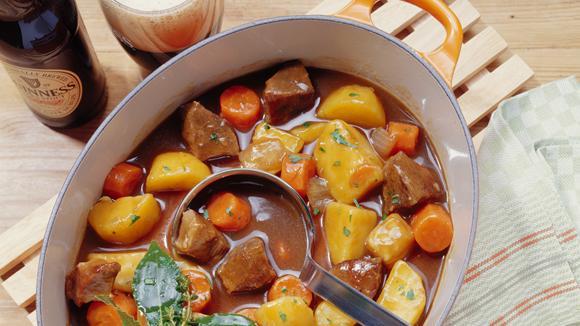 Guinness-Stew vom Lamm mit Suppengrün und Kartoffeln