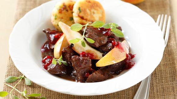 Hirschragout mit Preiselbeersauce, Kartoffeln und Pfefferbirnen