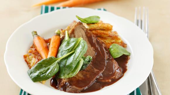 Geschmortes Siedfleisch mit Kartoffelrösti und warmen Spinatsalat