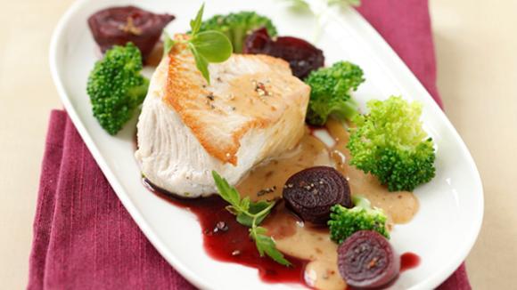 Truthahnsteak in Rahmsauce mit Rotweinschalotten und Broccoli