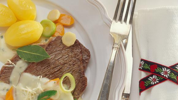 Siedfleisch mit Suppengemüse und Apfel-Meerrettich-Sauce