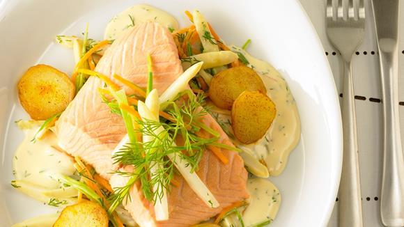 Lachsfilet auf Spargel-Rüebli-Julienne mit Dill-Weisswein-Hollandaise Rezept