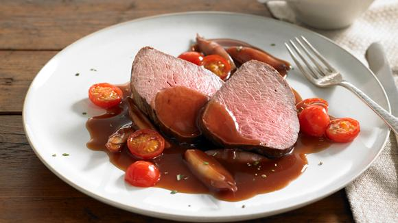 Rinderfilet mit Rotweinschalotten und Tomaten