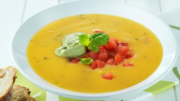 Basilikumschaum auf Tomaten-Kürbissuppe