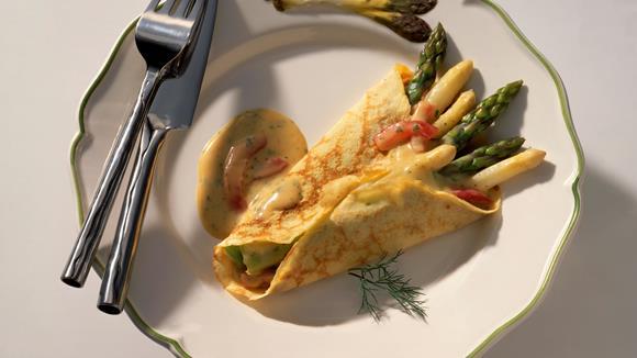 Crêpes mit Spargeln und Buttersauce