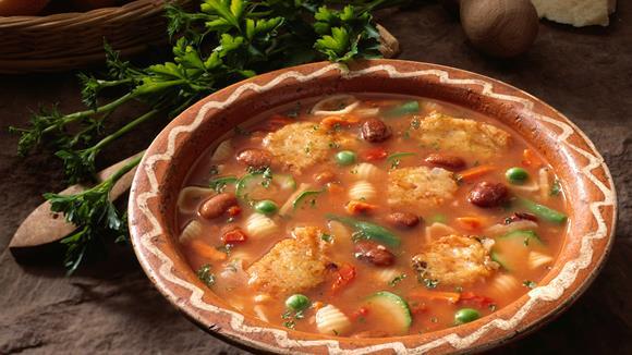 Italienischer Gemüsetopf mit Zucchetti, Rüebli, Erbsen und Bohnen mit Käse-Püfferchen