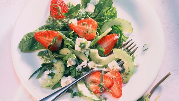 Spinat-Salat mit Erdbeeren und Minze