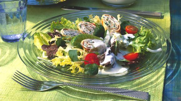 Blattsalat mit Crêpesröllchen