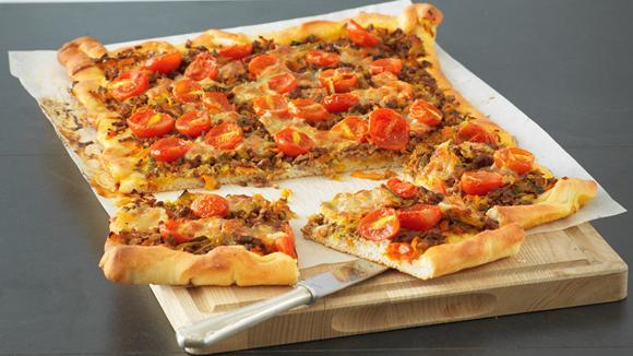 Holzfällerpizza mit Hack, Tomaten, Rüebli und Lauch Rezept