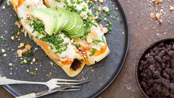 Süsskartoffel-Kürbis Enchiladas mit Cashew-Limetten-Crème und Avocado
