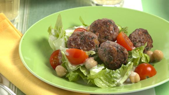 Kichererbsen-Hackkügeli Oriental auf Salat Rezept