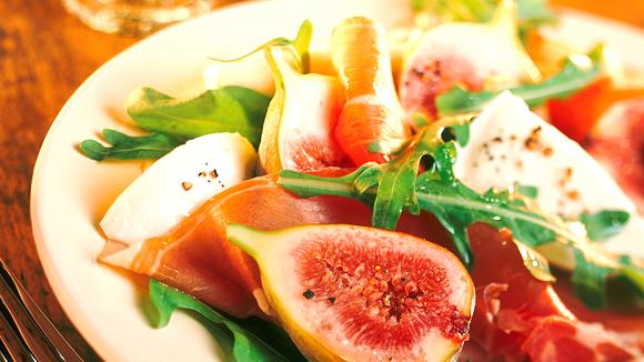 Feigensalat mit Parmaschinken, Rucola und Mozzarella in Honigvinaigrette