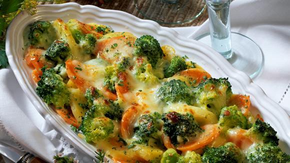 Bunter Gemüse-Gratin mit Kartoffeln und Feta