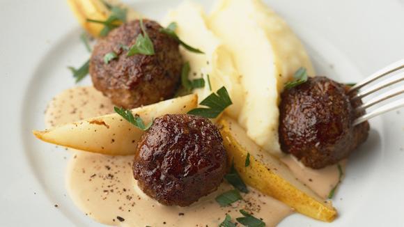Wild-Hackbällchen in Pfeffersauce mit Kartoffelstock und gebratenen Birnen Rezept