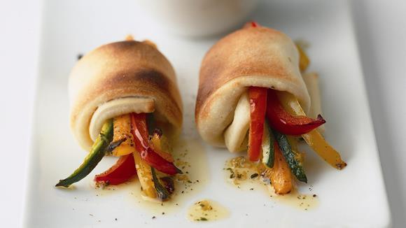 Gemüsepäckchen im Pizzateigmantel mit Tomatensauce